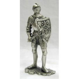 Cynowy rycerz z tarczą i toporem